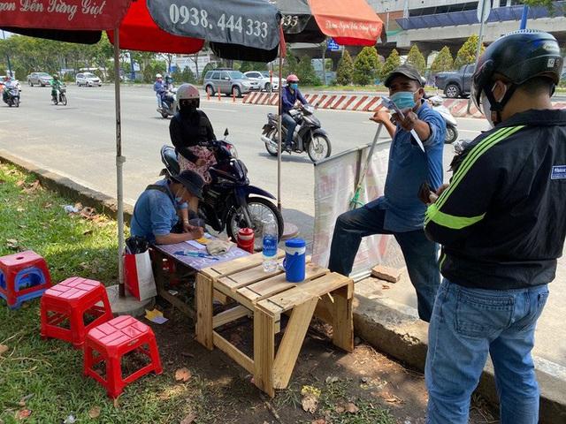 Nhiều người đổ xô mua bảo hiểm xe máy, điểm bán bên đường mọc lên như nấm  - Ảnh 4.