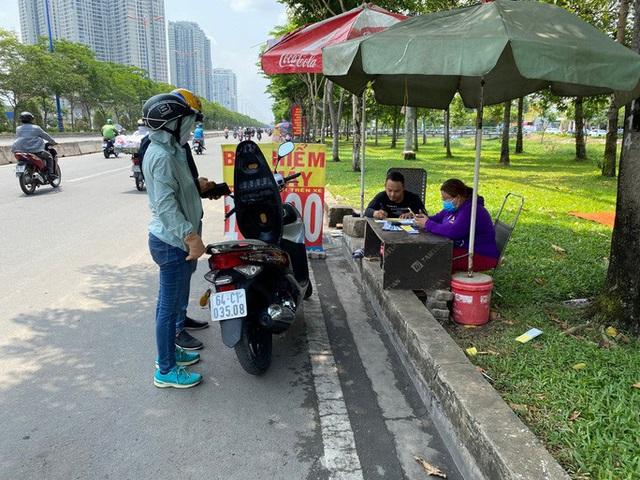 Nhiều người đổ xô mua bảo hiểm xe máy, điểm bán bên đường mọc lên như nấm  - Ảnh 5.