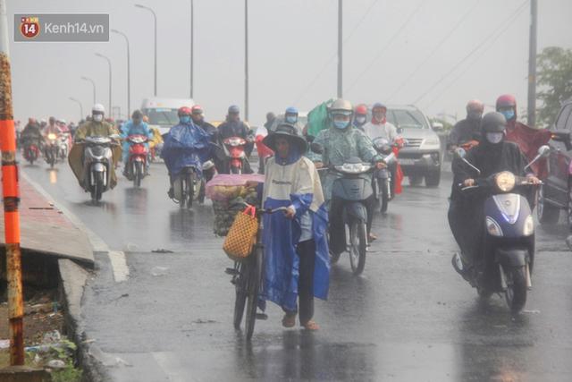 Ảnh: Cơn mưa vàng xối xả giải nhiệt cho Sài Gòn từ sáng sớm, chấm dứt chuỗi ngày nắng nóng kinh hoàng - Ảnh 5.