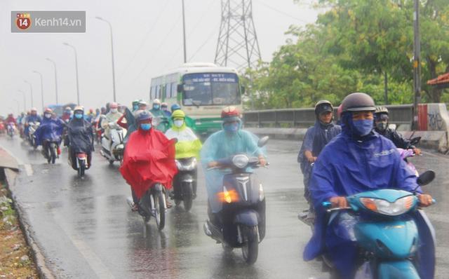 Ảnh: Cơn mưa vàng xối xả giải nhiệt cho Sài Gòn từ sáng sớm, chấm dứt chuỗi ngày nắng nóng kinh hoàng - Ảnh 8.