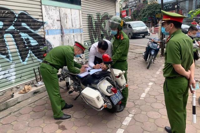 Công an Hà Nội xử phạt gần 1 tỷ đồng vi phạm giao thông ngày đầu ra quân - Ảnh 1.