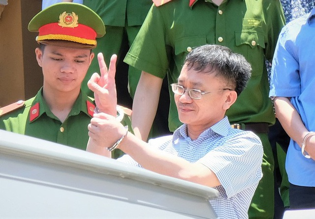 Những cử chỉ lạ của kẻ chủ mưu vụ án gian lận điểm thi ở Hòa Bình  - Ảnh 8.