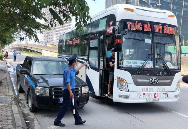 Xe khách rùa bò ở Hà Nội bỏ chạy khi bị kiểm tra - Ảnh 1.