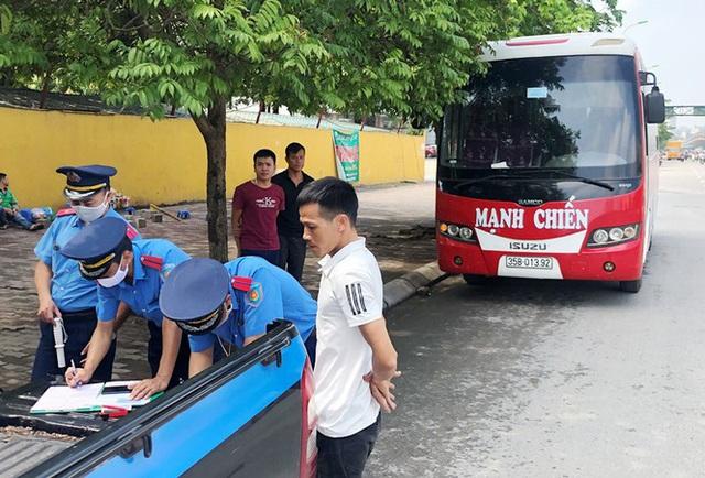 Xe khách rùa bò ở Hà Nội bỏ chạy khi bị kiểm tra - Ảnh 2.
