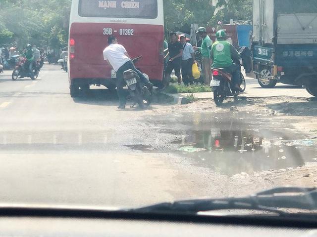 Xe khách rùa bò ở Hà Nội bỏ chạy khi bị kiểm tra - Ảnh 3.