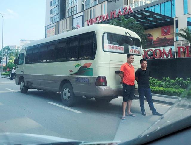 Xe khách rùa bò ở Hà Nội bỏ chạy khi bị kiểm tra - Ảnh 4.