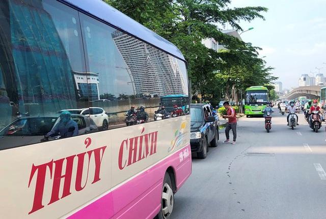 Xe khách rùa bò ở Hà Nội bỏ chạy khi bị kiểm tra - Ảnh 10.