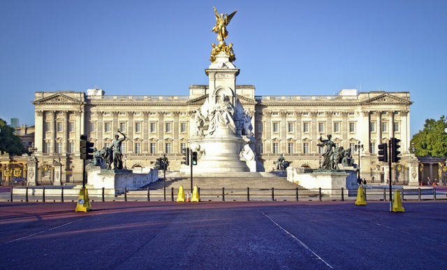 Hoàng gia Anh rơi vào tình trạng khó khăn tài chính trong khi vợ chồng Meghan Markle có cách cư xử khó chấp nhận - Ảnh 1.