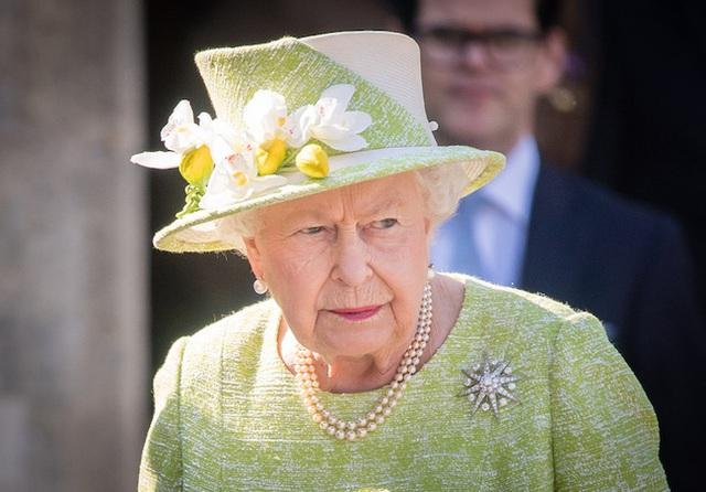 Hoàng gia Anh rơi vào tình trạng khó khăn tài chính trong khi vợ chồng Meghan Markle có cách cư xử khó chấp nhận  - Ảnh 2.