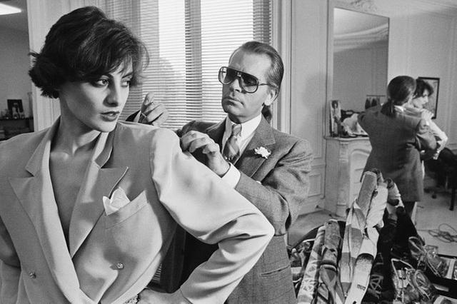 Ông hoàng Chanel Karl Lagerfeld: Gã phù thủy cô độc trong làng thời trang và mối tình đồng giới sâu đậm với người đàn ông Pháp lịch thiệp nhất thế giới  - Ảnh 4.