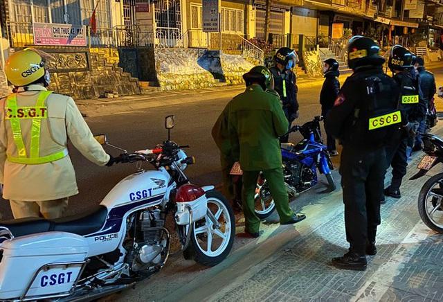 Khốn khổ điều tiết xe cộ ở thành phố không đèn giao thông - Ảnh 1.