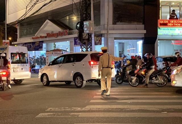 Khốn khổ điều tiết xe cộ ở thành phố không đèn giao thông - Ảnh 2.