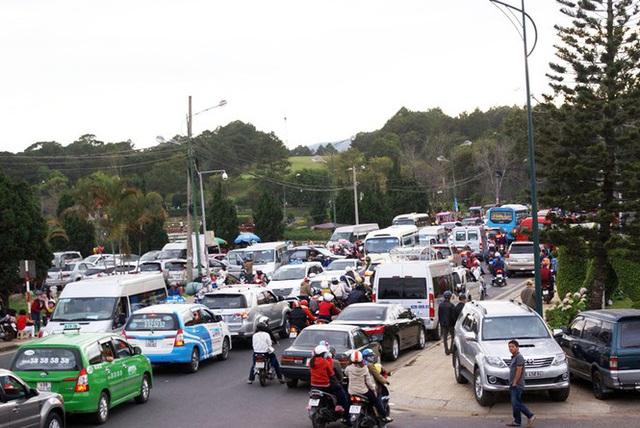 Khốn khổ điều tiết xe cộ ở thành phố không đèn giao thông - Ảnh 3.