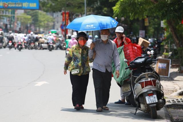 Hà Nội: Sinh viên nhăn mặt, người lao động oằn mình di chuyển dưới nắng nóng như thiêu đốt - Ảnh 11.