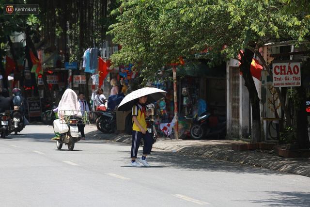 Hà Nội: Sinh viên nhăn mặt, người lao động oằn mình di chuyển dưới nắng nóng như thiêu đốt - Ảnh 12.