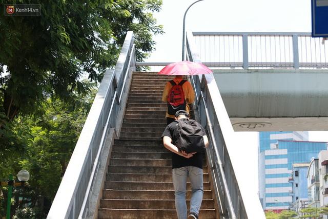 Hà Nội: Sinh viên nhăn mặt, người lao động oằn mình di chuyển dưới nắng nóng như thiêu đốt - Ảnh 13.