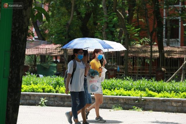Hà Nội: Sinh viên nhăn mặt, người lao động oằn mình di chuyển dưới nắng nóng như thiêu đốt - Ảnh 14.