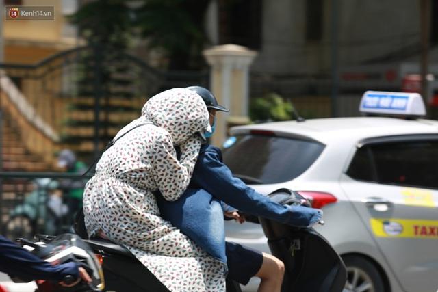 Hà Nội: Sinh viên nhăn mặt, người lao động oằn mình di chuyển dưới nắng nóng như thiêu đốt - Ảnh 17.