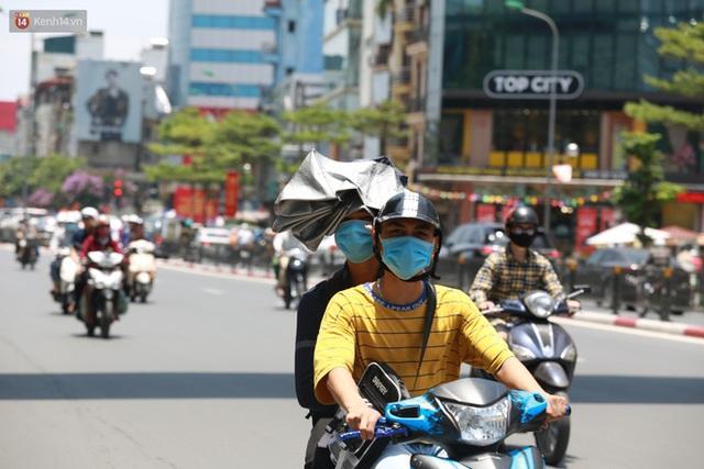 Hà Nội: Sinh viên nhăn mặt, người lao động oằn mình di chuyển dưới nắng nóng như thiêu đốt - Ảnh 18.