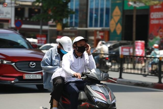 Hà Nội: Sinh viên nhăn mặt, người lao động oằn mình di chuyển dưới nắng nóng như thiêu đốt - Ảnh 19.