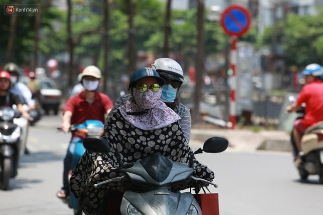 Hà Nội: Sinh viên nhăn mặt, người lao động oằn mình di chuyển dưới nắng nóng như thiêu đốt - Ảnh 3.