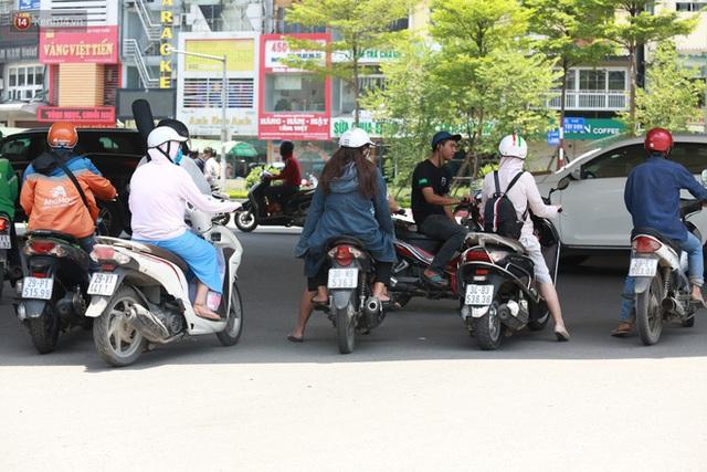 Hà Nội: Sinh viên nhăn mặt, người lao động oằn mình di chuyển dưới nắng nóng như thiêu đốt - Ảnh 21.