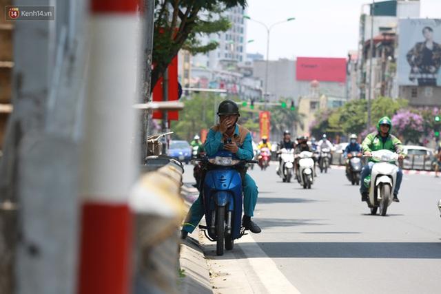 Hà Nội: Sinh viên nhăn mặt, người lao động oằn mình di chuyển dưới nắng nóng như thiêu đốt - Ảnh 22.