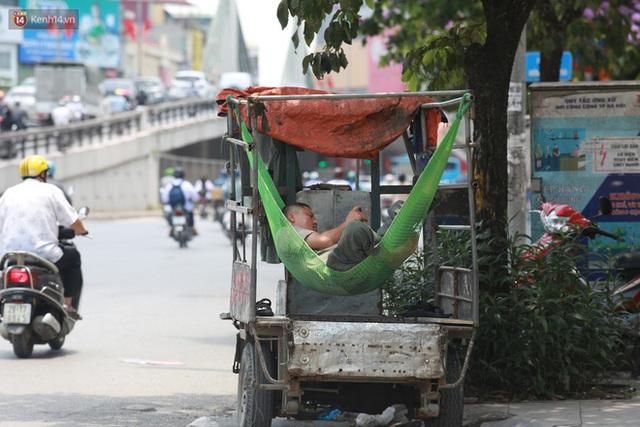 Hà Nội: Sinh viên nhăn mặt, người lao động oằn mình di chuyển dưới nắng nóng như thiêu đốt - Ảnh 26.