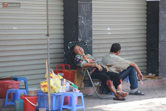 Hà Nội: Sinh viên nhăn mặt, người lao động oằn mình di chuyển dưới nắng nóng như thiêu đốt - Ảnh 27.