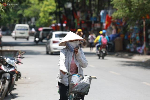 Hà Nội: Sinh viên nhăn mặt, người lao động oằn mình di chuyển dưới nắng nóng như thiêu đốt - Ảnh 5.