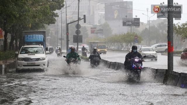 TP.HCM: Rốn ngập Nguyễn Hữu Cảnh lênh láng như sông sau trận mưa trắng trời - Ảnh 5.