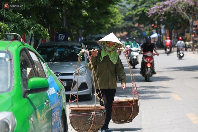 Hà Nội: Sinh viên nhăn mặt, người lao động oằn mình di chuyển dưới nắng nóng như thiêu đốt - Ảnh 6.