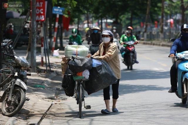 Hà Nội: Sinh viên nhăn mặt, người lao động oằn mình di chuyển dưới nắng nóng như thiêu đốt - Ảnh 7.