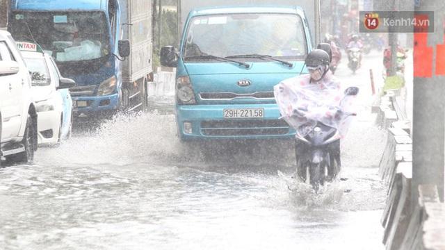 TP.HCM: Rốn ngập Nguyễn Hữu Cảnh lênh láng như sông sau trận mưa trắng trời - Ảnh 7.