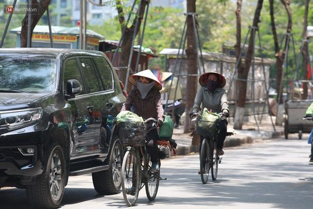Hà Nội: Sinh viên nhăn mặt, người lao động oằn mình di chuyển dưới nắng nóng như thiêu đốt - Ảnh 8.