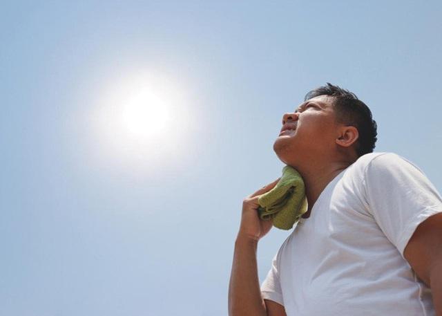 Nhiệt độ ngoài đường tại Hà Nội lên tới 50 độ C, bác sĩ cảnh báo 5 bệnh rất dễ gặp khi tiếp xúc với nắng nóng, nguy hại đặc biệt cho sức khỏe - Ảnh 2.