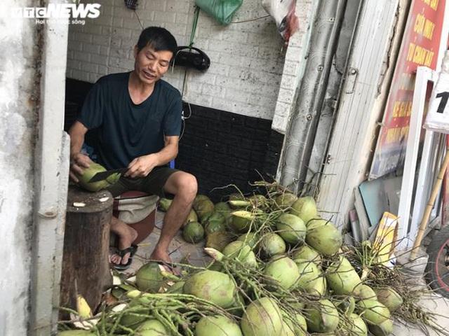 Bán trăm lít nước mía, trăm quả dừa trong buổi sáng Hà Nội nắng nóng cực đỉnh - Ảnh 3.