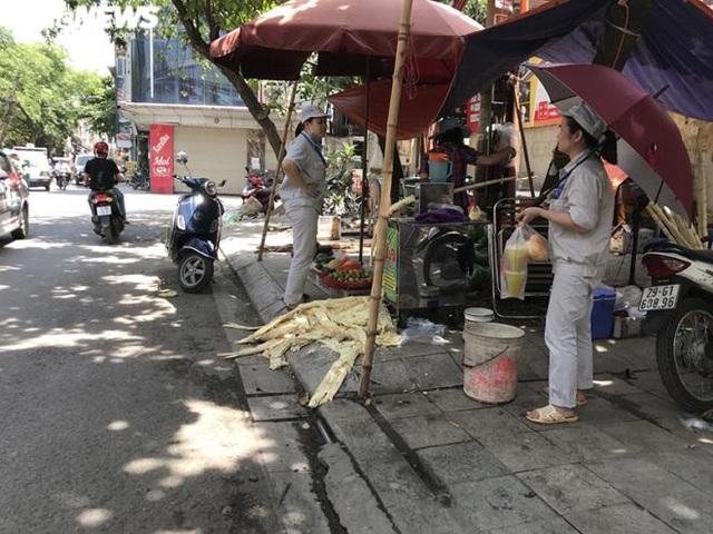 Bán trăm lít nước mía, trăm quả dừa trong buổi sáng Hà Nội nắng nóng cực đỉnh - Ảnh 1.