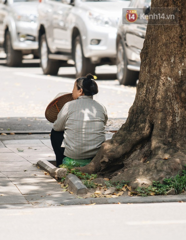 Ảnh: Nhiệt độ ngoài đường tại Hà Nội lên tới 50 độ C, người dân trùm khăn áo kín mít di chuyển trên phố - Ảnh 13.