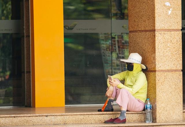 Ảnh: Nhiệt độ ngoài đường tại Hà Nội lên tới 50 độ C, người dân trùm khăn áo kín mít di chuyển trên phố - Ảnh 14.