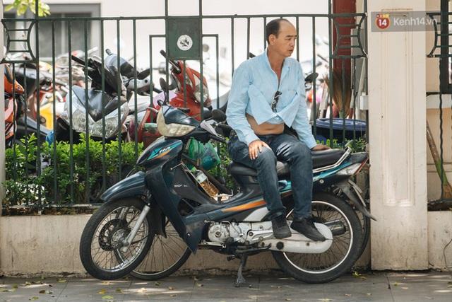 Ảnh: Nhiệt độ ngoài đường tại Hà Nội lên tới 50 độ C, người dân trùm khăn áo kín mít di chuyển trên phố - Ảnh 16.