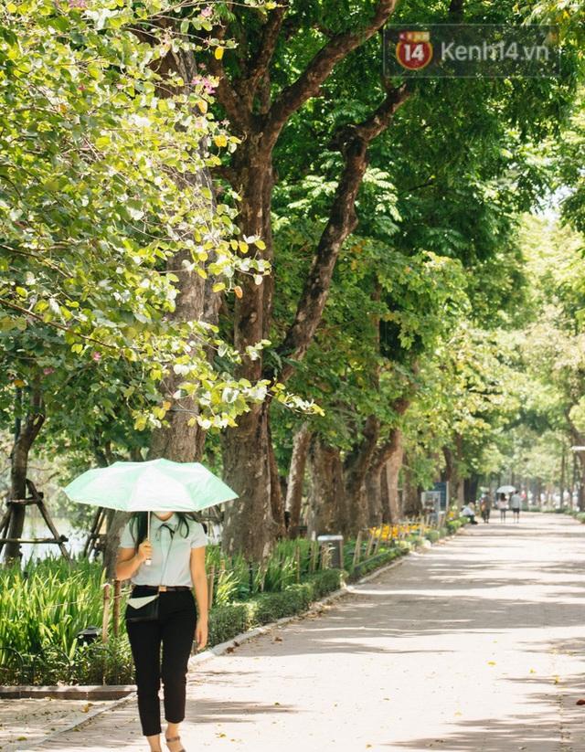 Ảnh: Nhiệt độ ngoài đường tại Hà Nội lên tới 50 độ C, người dân trùm khăn áo kín mít di chuyển trên phố - Ảnh 6.