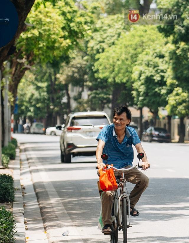 Ảnh: Nhiệt độ ngoài đường tại Hà Nội lên tới 50 độ C, người dân trùm khăn áo kín mít di chuyển trên phố - Ảnh 7.