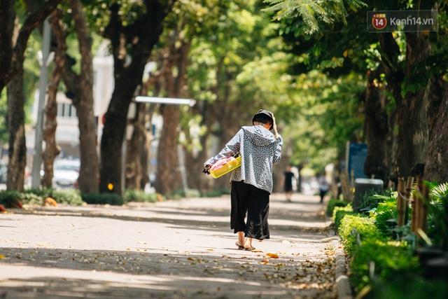Ảnh: Nhiệt độ ngoài đường tại Hà Nội lên tới 50 độ C, người dân trùm khăn áo kín mít di chuyển trên phố - Ảnh 8.