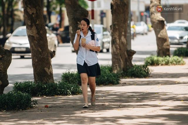 Ảnh: Nhiệt độ ngoài đường tại Hà Nội lên tới 50 độ C, người dân trùm khăn áo kín mít di chuyển trên phố - Ảnh 9.