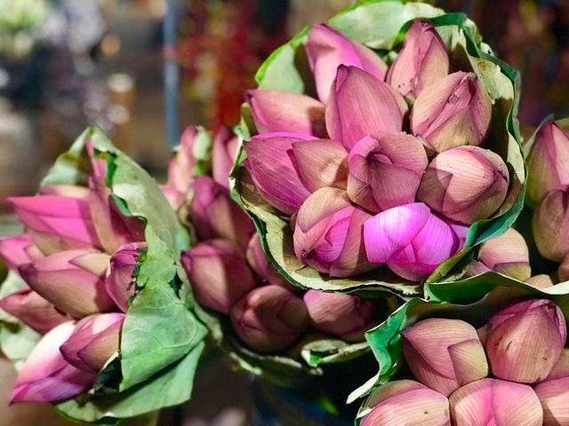 Bỏ tiền thật nhưng mua phải hoa sen giả, khách hàng tự rước cục tức vào mình - Ảnh 1.