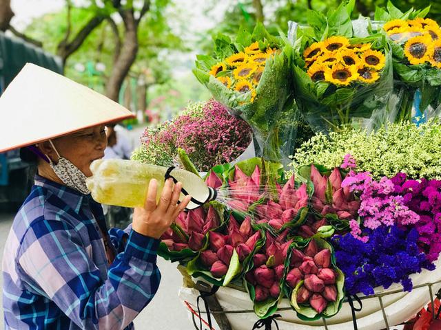 Bỏ tiền thật nhưng mua phải hoa sen giả, khách hàng tự rước cục tức vào mình - Ảnh 3.