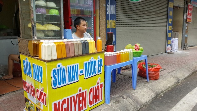 """Kinh doanh giải khát ở vỉa hè Hà Nội """"hốt bạc"""" mùa nắng nóng - Ảnh 1."""