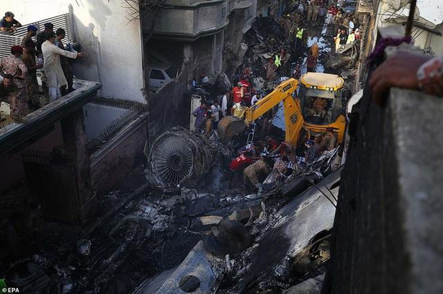 CEO ngân hàng sống sót thần kì trong vụ máy bay rơi ở Pakistan - Ảnh 4.