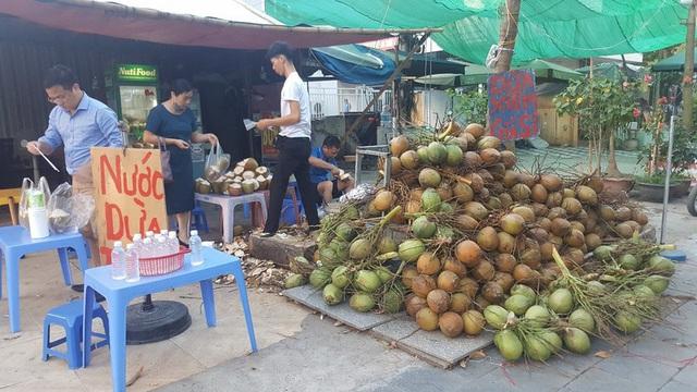 """Kinh doanh giải khát ở vỉa hè Hà Nội """"hốt bạc"""" mùa nắng nóng - Ảnh 4."""